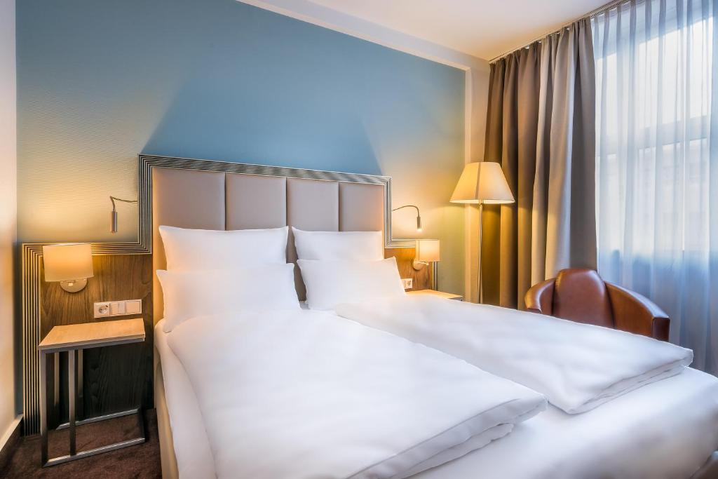 A bed or beds in a room at Select Hotel Handelshof Essen