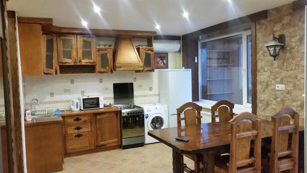 Кухня или мини-кухня в Apartament on Microrayon G 9