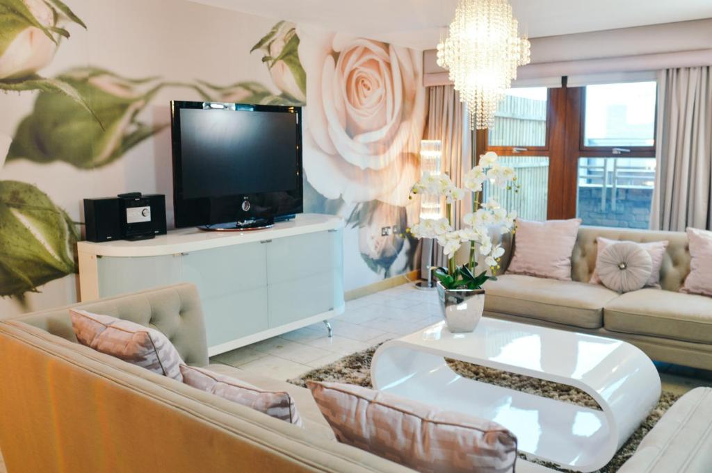 A television and/or entertainment centre at Posh Pads - Liverpool 1 - Apart-Hotel