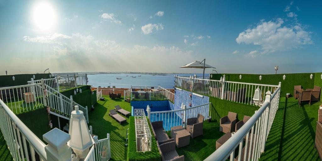 Uma vista da piscina em Golden Garden Al Corniche ou nos arredores