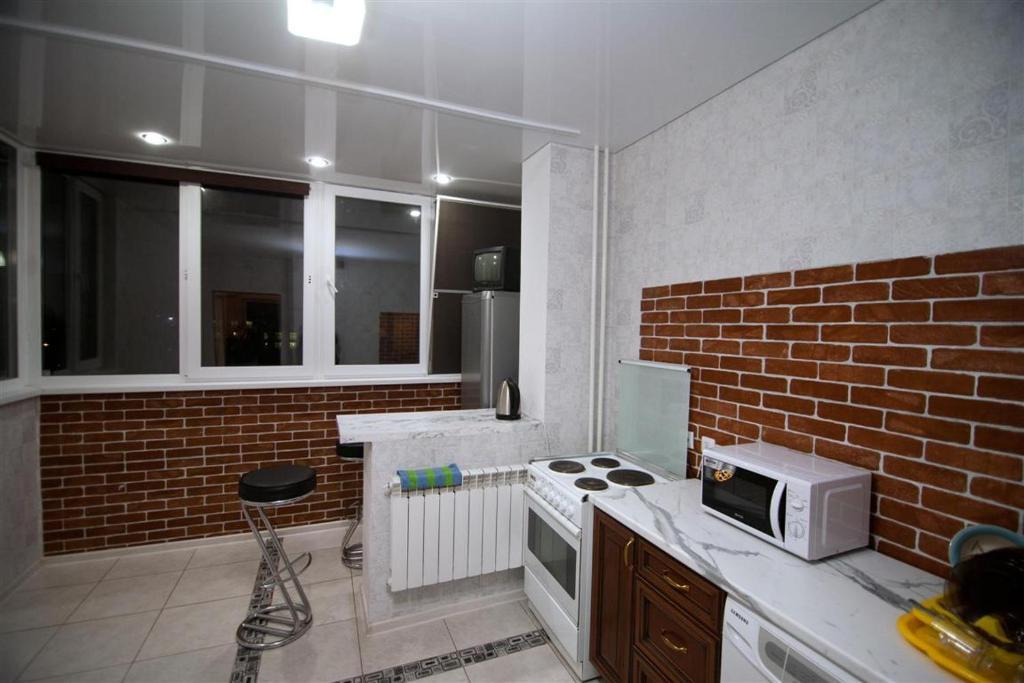 Кухня или мини-кухня в Apartamenty na Karla Marksa