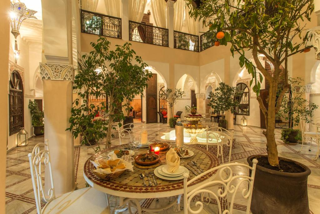 A restaurant or other place to eat at Riad Nasreen