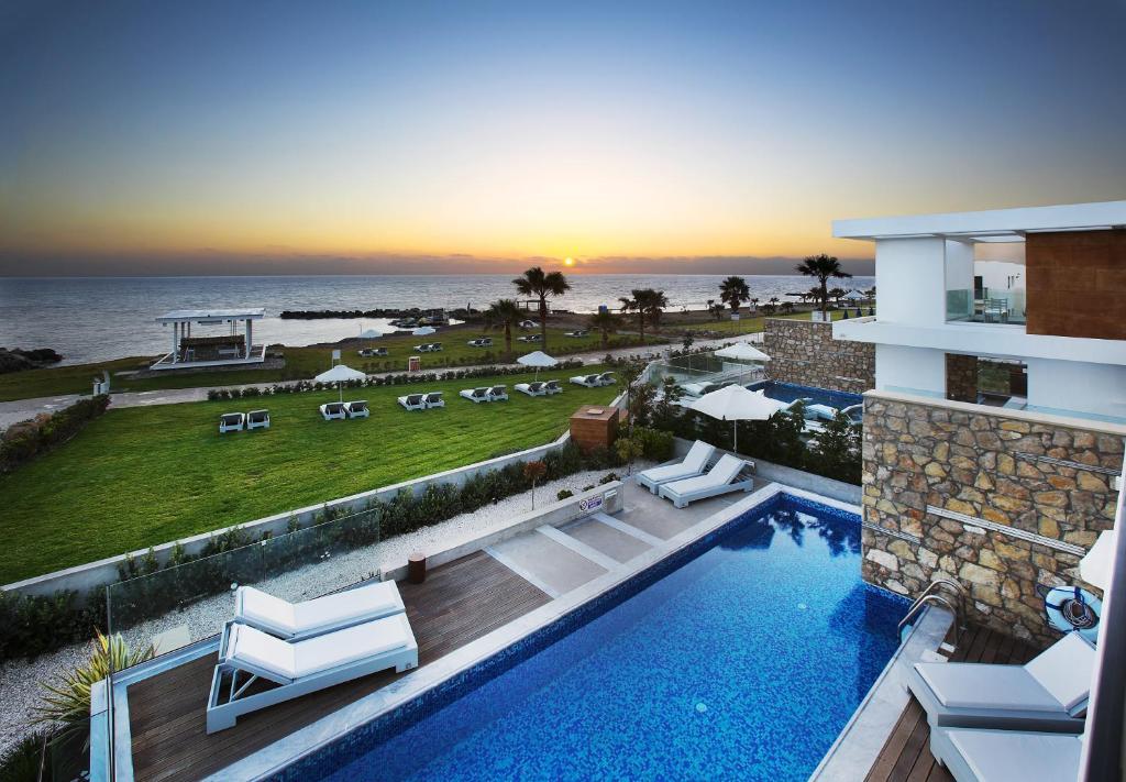 Uitzicht op het zwembad bij Paradise Cove Luxurious Beach Villas of in de buurt