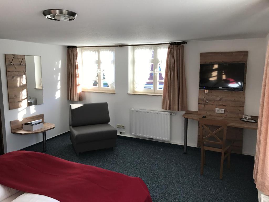 Ein Sitzbereich in der Unterkunft Gasthaus Hotel zum Kreuz