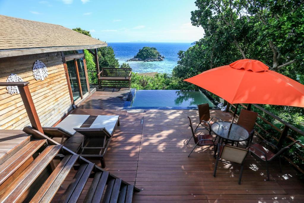 Der Swimmingpool an oder in der Nähe von Serendipity Beach Resort Koh Lipe