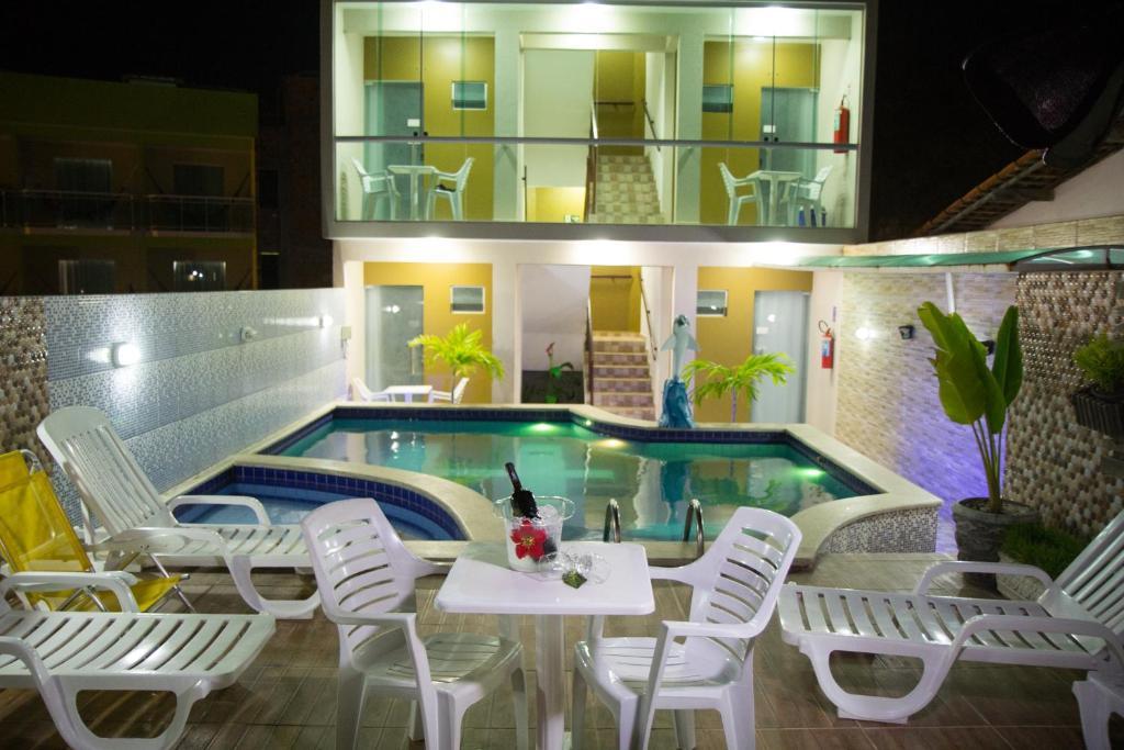 The swimming pool at or close to Pousada Maragolfinho