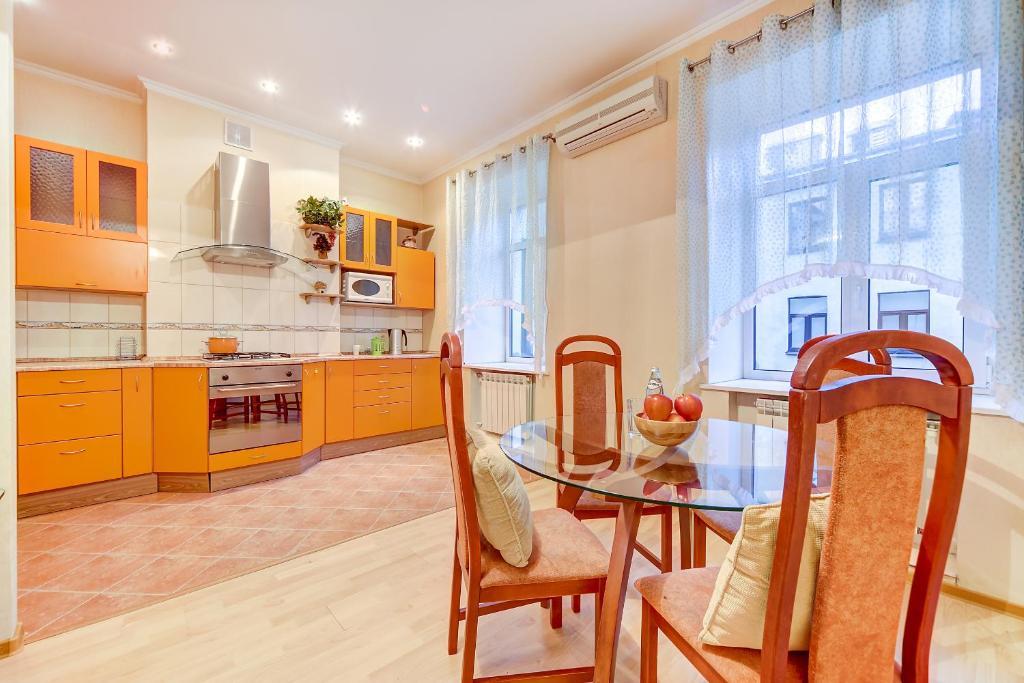 Кухня или мини-кухня в Welcome Home Apartments Nevsky 54/3