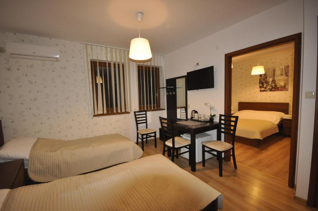 Łóżko lub łóżka w pokoju w obiekcie Pokoje Zygmuntowska