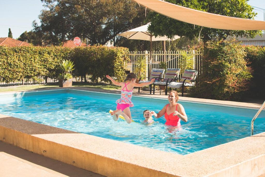 The swimming pool at or near Vineland Motel Mildura