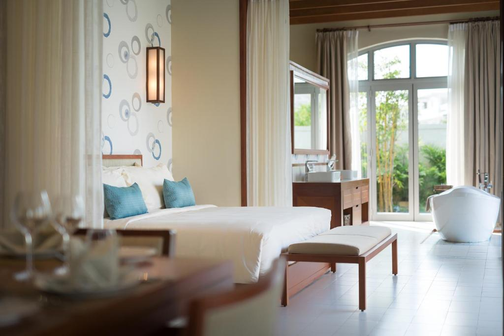 A bed or beds in a room at FLC Luxury Resort Samson