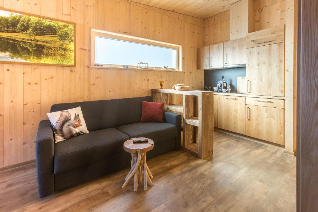 Ein Sitzbereich in der Unterkunft Marinelli Naturholz Apartement Suite