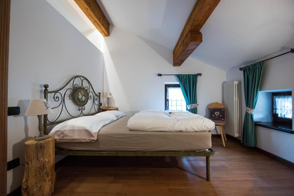 A bed or beds in a room at Agritur Mas Dei Chini