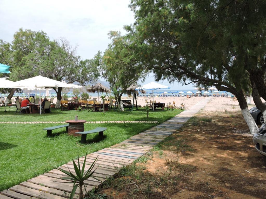 Ein Garten an der Unterkunft Poseidon Studios