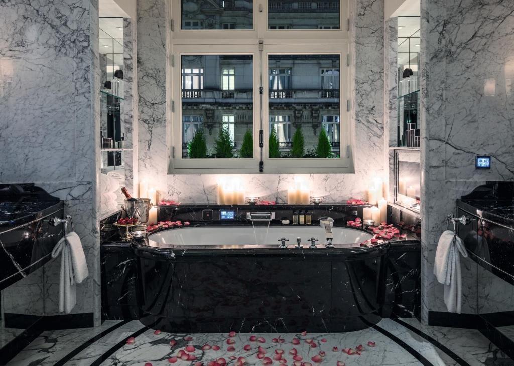 A bathroom at Hotel The Peninsula Paris