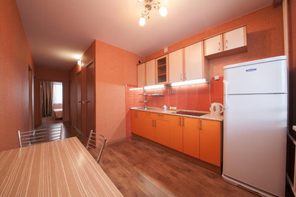 Кухня или мини-кухня в Apartamenty na Vesny