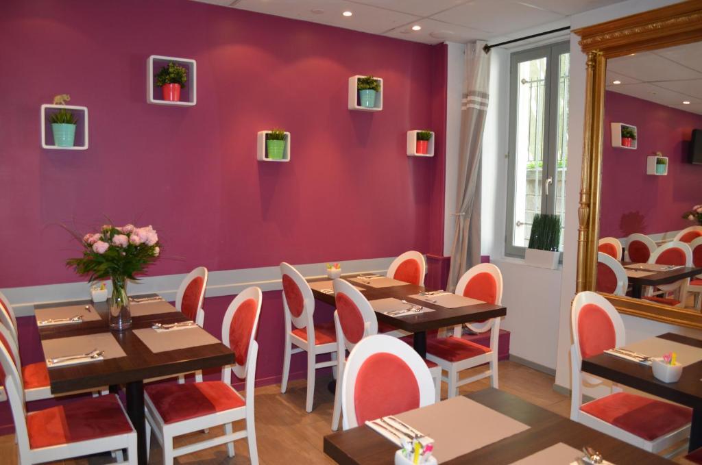 Un restaurante o sitio para comer en Hôtel Les Corps Saints