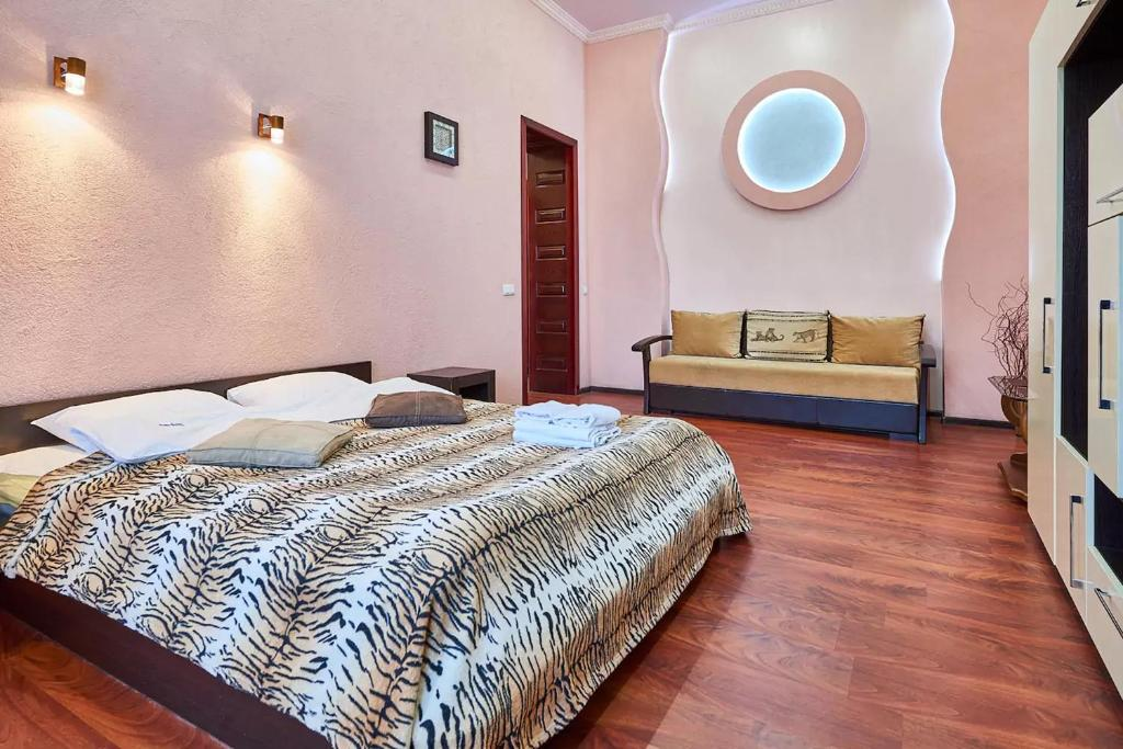 A bed or beds in a room at Home Hotel Apartments on Zoloti Vorota