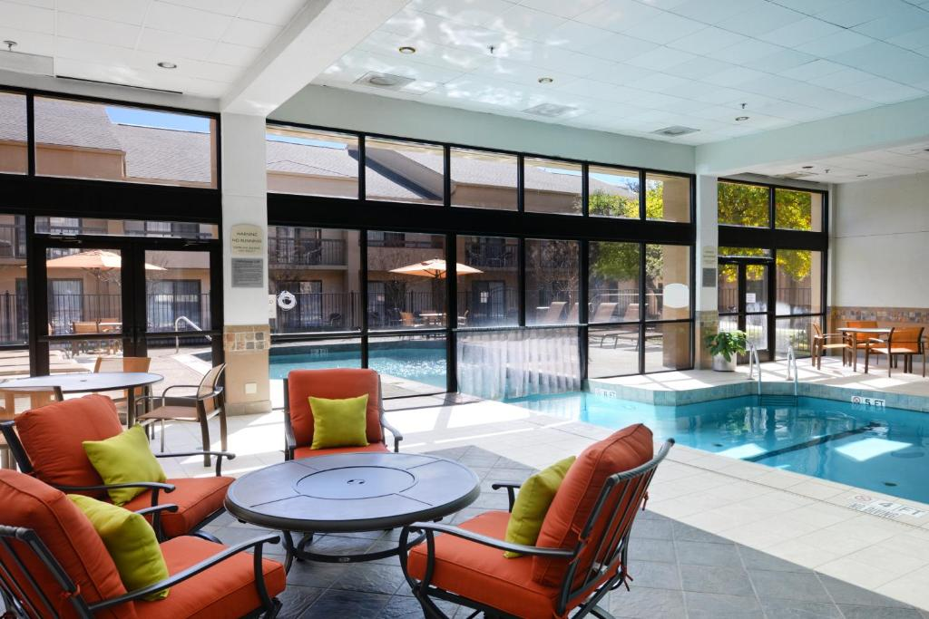 The swimming pool at or near Courtyard Dallas Arlington/Entertainment District