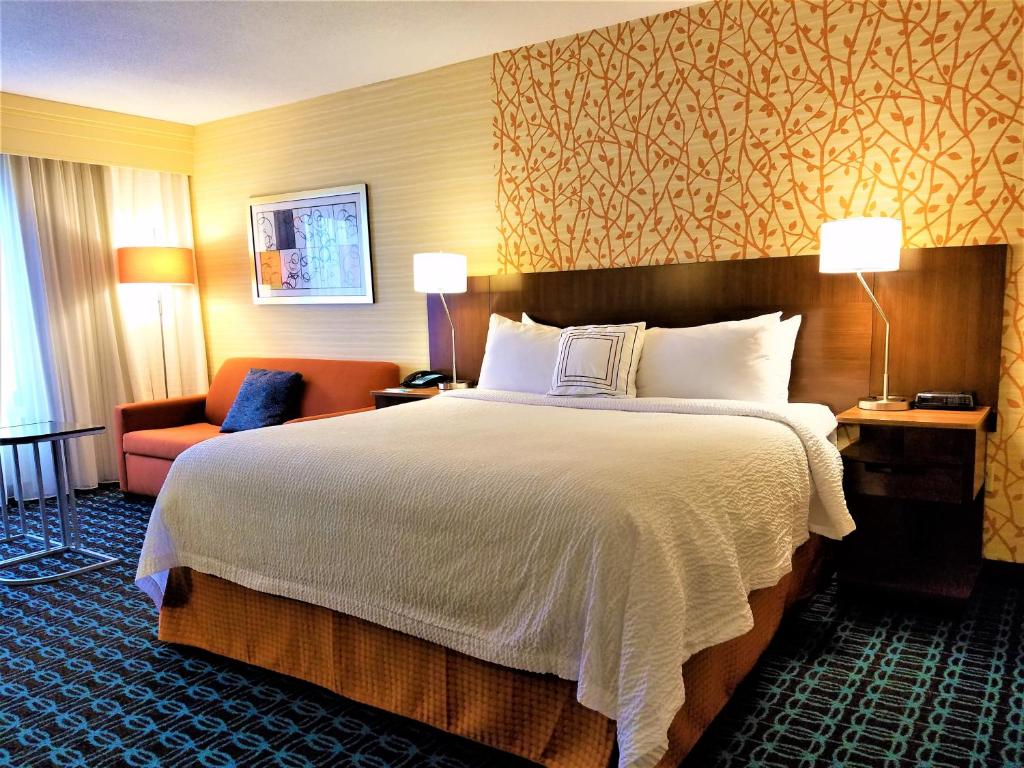 A bed or beds in a room at Fairfield Inn and Suites by Marriott Rochester West/Greece