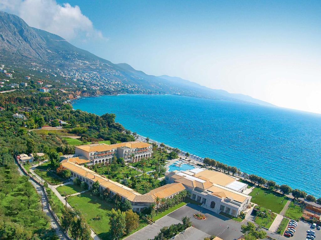 Ett flygfoto av Grecotel Filoxenia Hotel