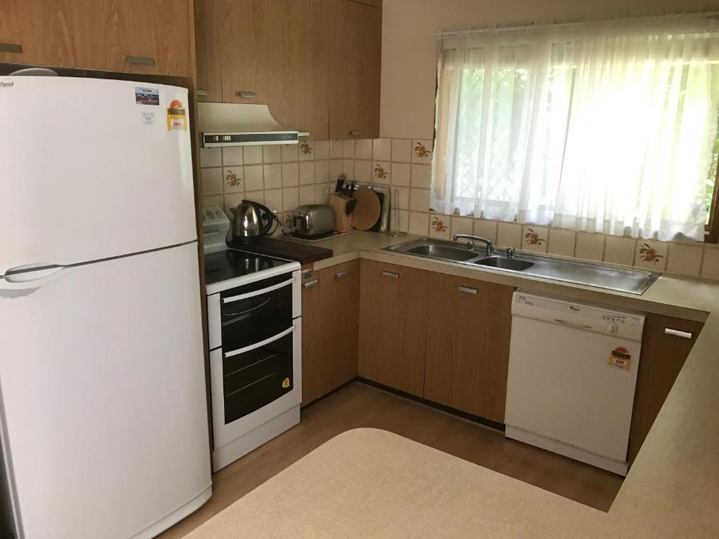 A kitchen or kitchenette at Lakeside Chalet & Studio