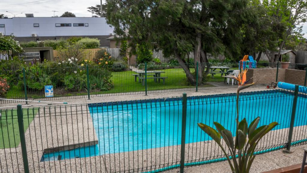 A view of the pool at Parkwood Motel & Apartments or nearby