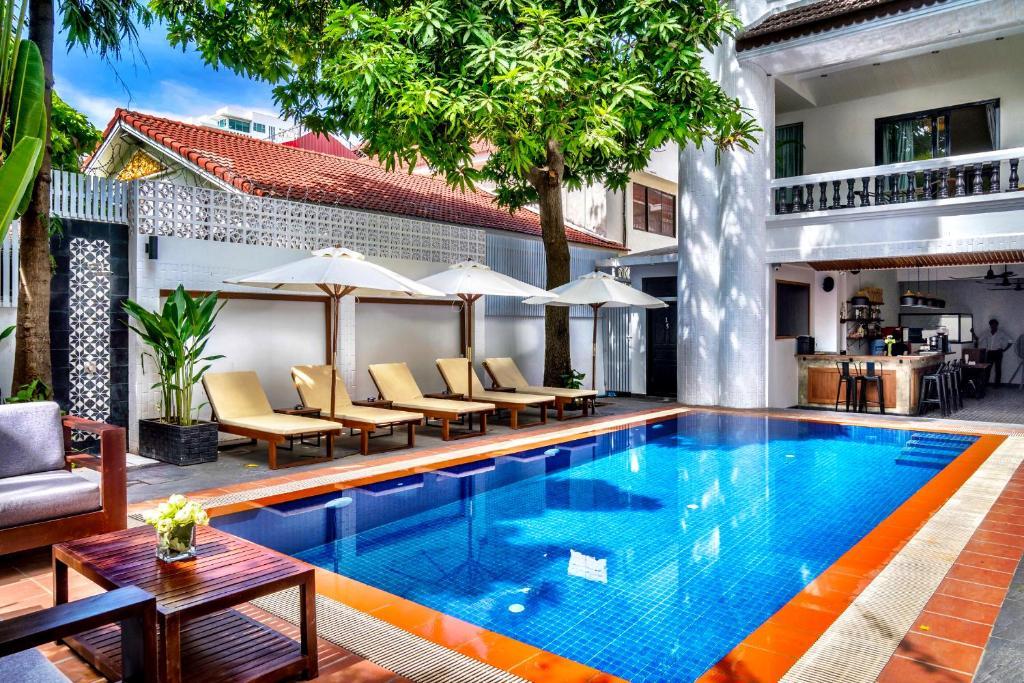 Der Swimmingpool an oder in der Nähe von Villa Samnang