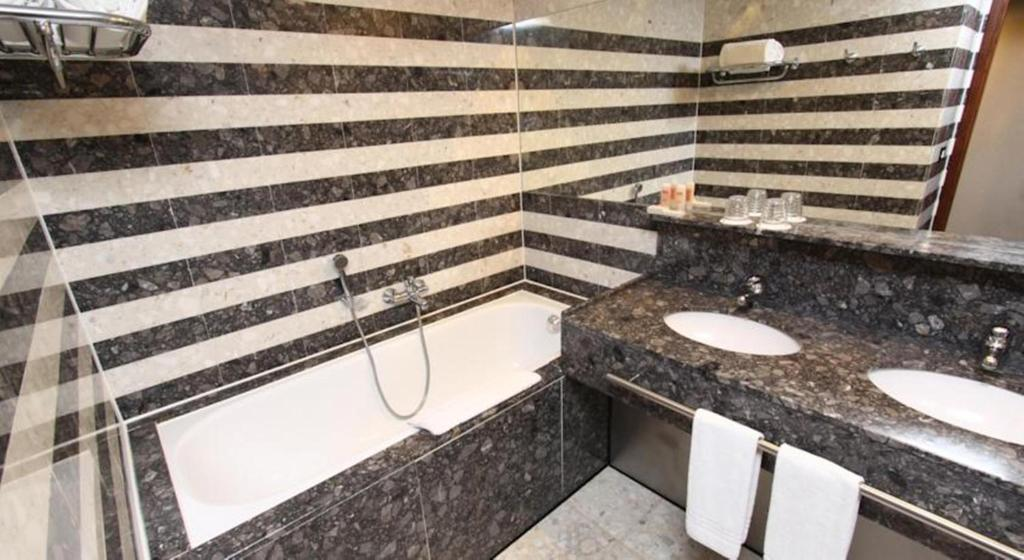 A bathroom at Royal Tulip Brasília Alvorada