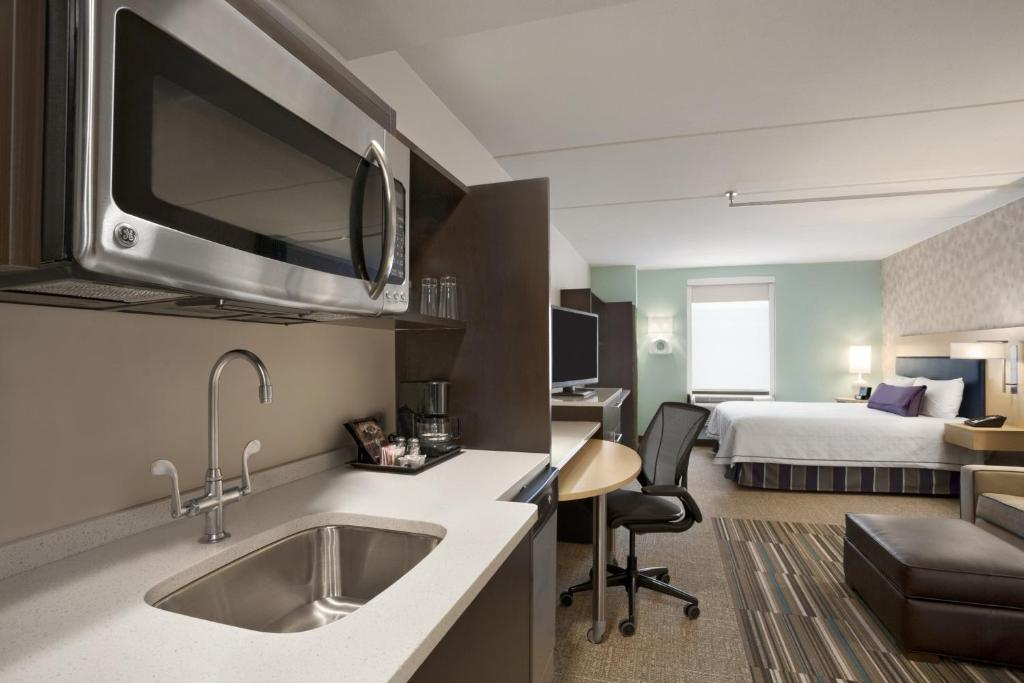 A kitchen or kitchenette at Home2 Suites by Hilton Philadelphia Convention Center