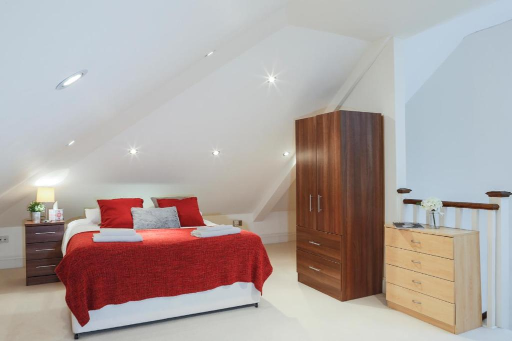 A bed or beds in a room at Finchley Central - Spacious Triplex