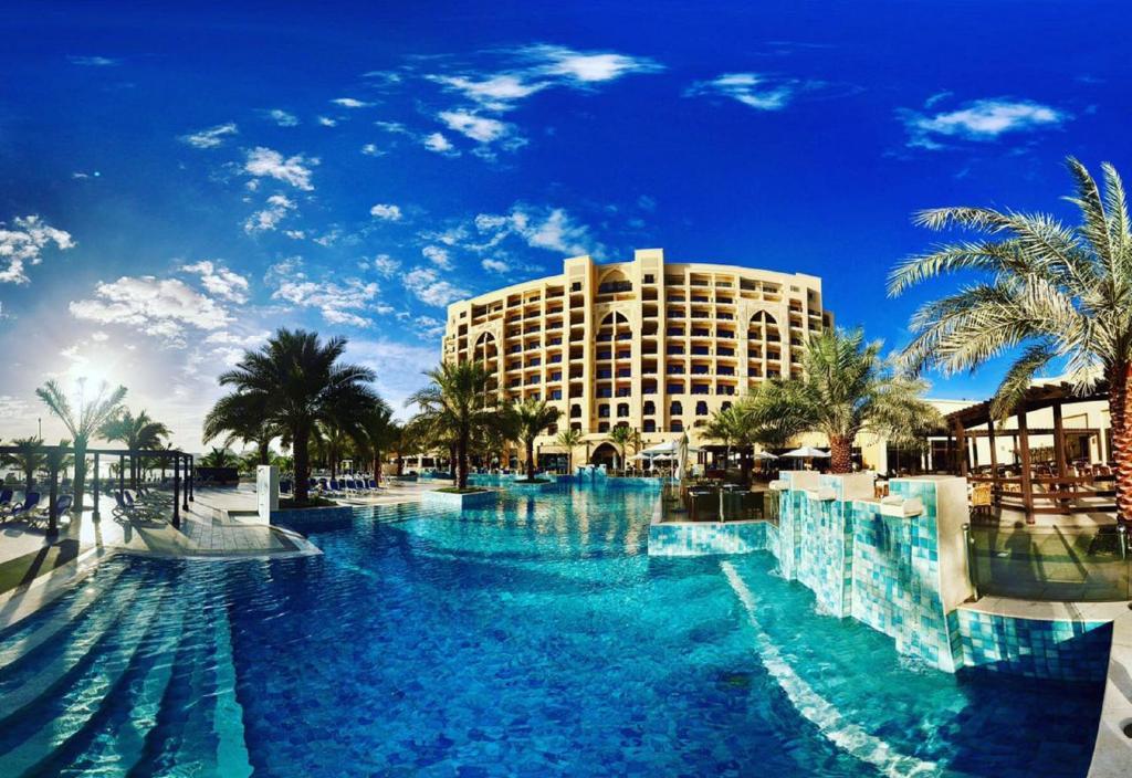 Peldbaseins naktsmītnē DoubleTree by Hilton Resort & Spa Marjan Island vai tās tuvumā