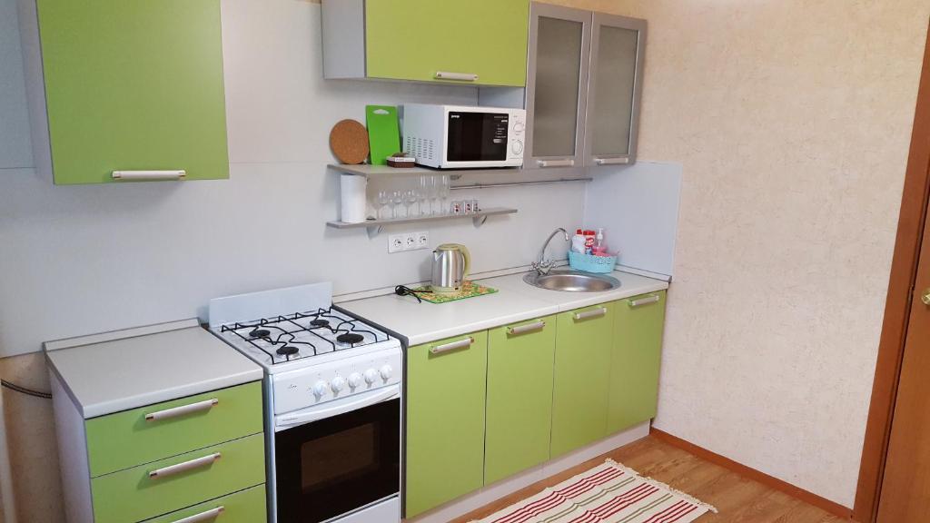 A kitchen or kitchenette at Apartment GrInn 15 on Kommunalnaya