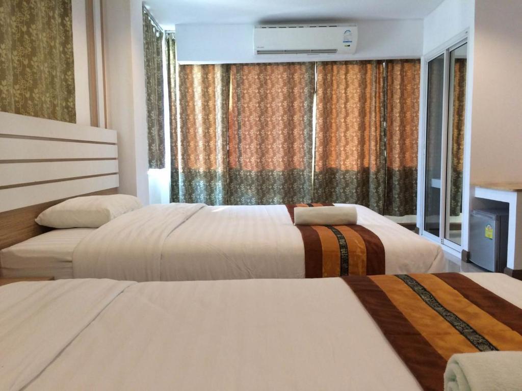 เตียงในห้องที่ Berich Hotel