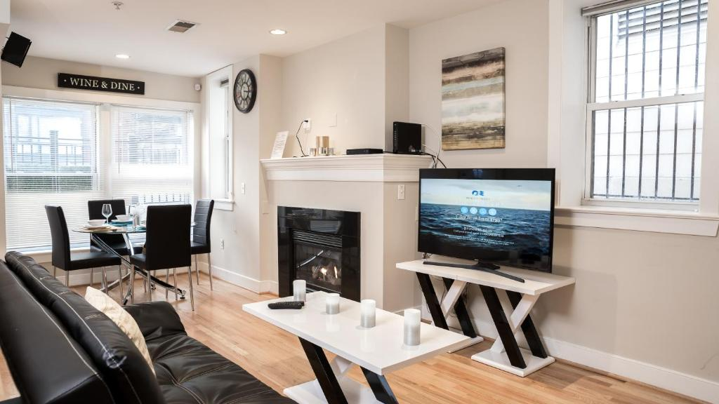 A television and/or entertainment center at Modern Fully Furnished Apartments in Washington Downtown