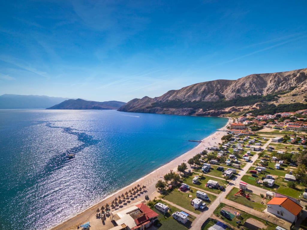 Blick auf Baška Beach Camping Resort by Valamar aus der Vogelperspektive