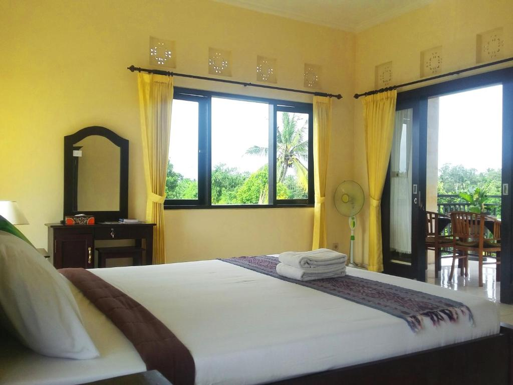 A bed or beds in a room at Wijaya Guest House Ubud