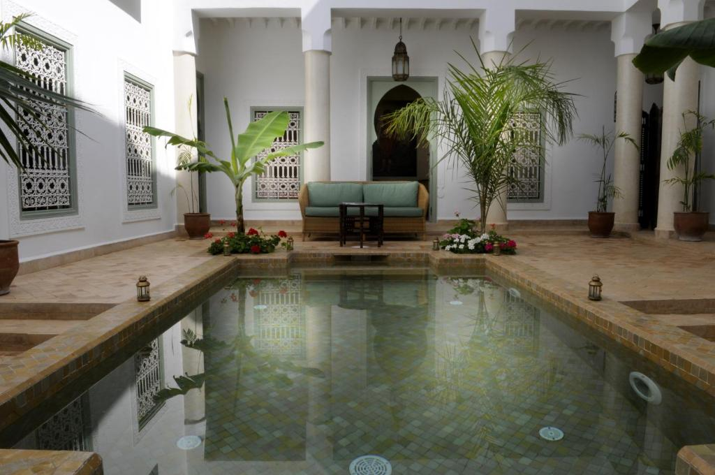 The swimming pool at or close to Riad Les Hibiscus