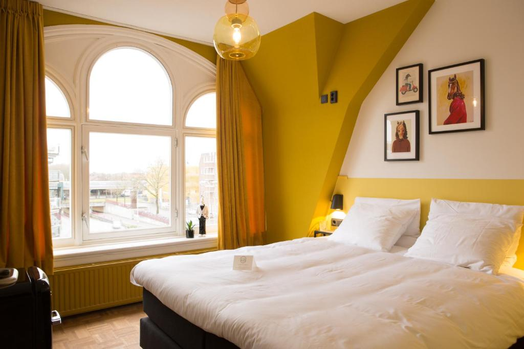 Een bed of bedden in een kamer bij Little Duke Hotel