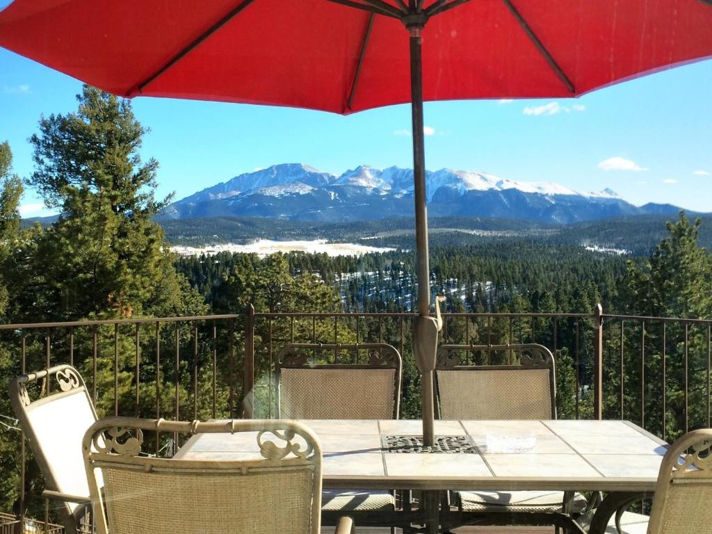A restaurant or other place to eat at Pikes Peak Paradise Bed and Breakfast