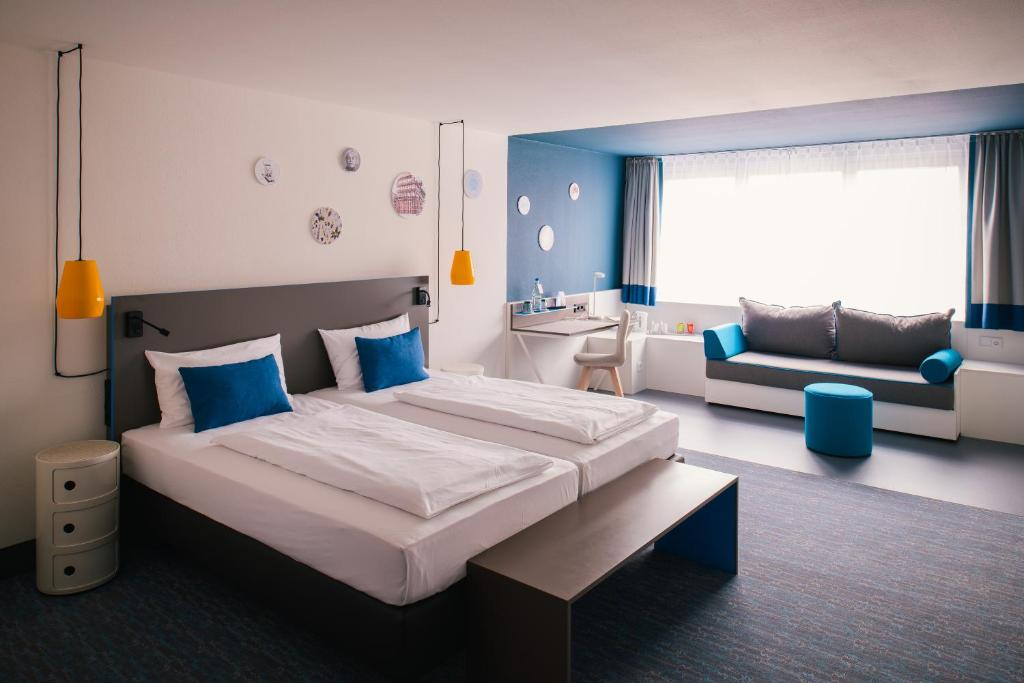 A bed or beds in a room at Vienna House Easy Braunschweig