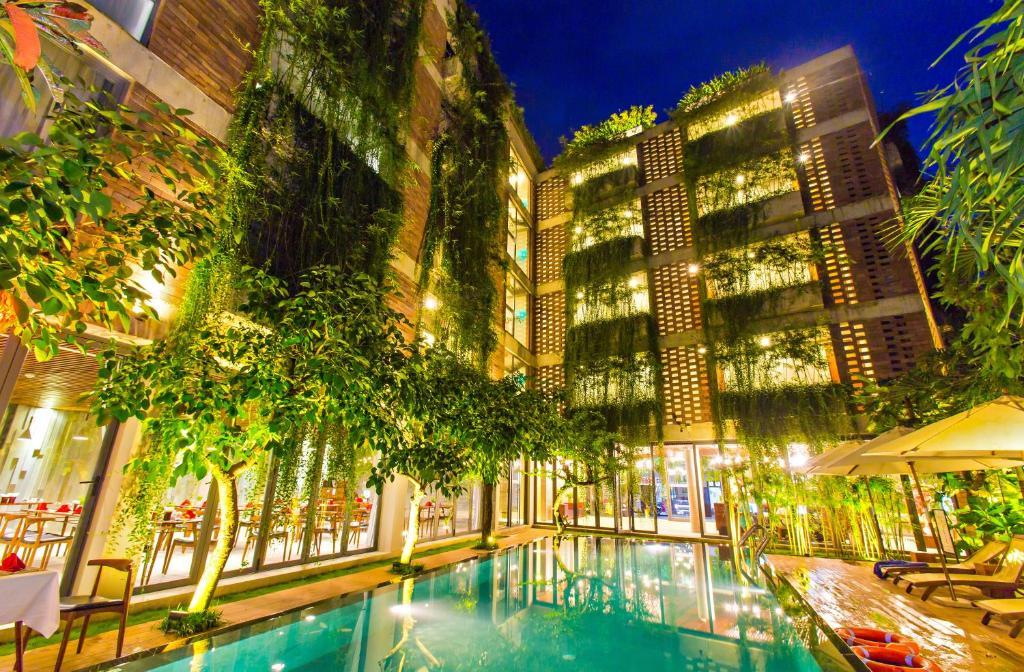 Der Swimmingpool an oder in der Nähe von Mulberry Collection Silk Eco