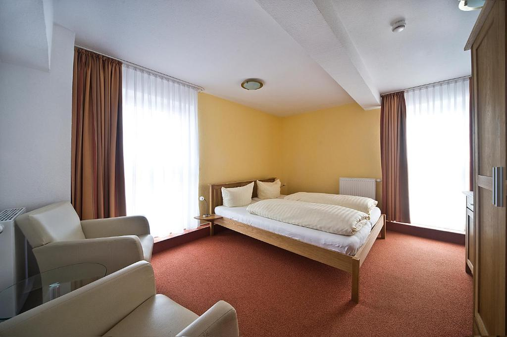 A bed or beds in a room at Hotel zum alten Kornspeicher