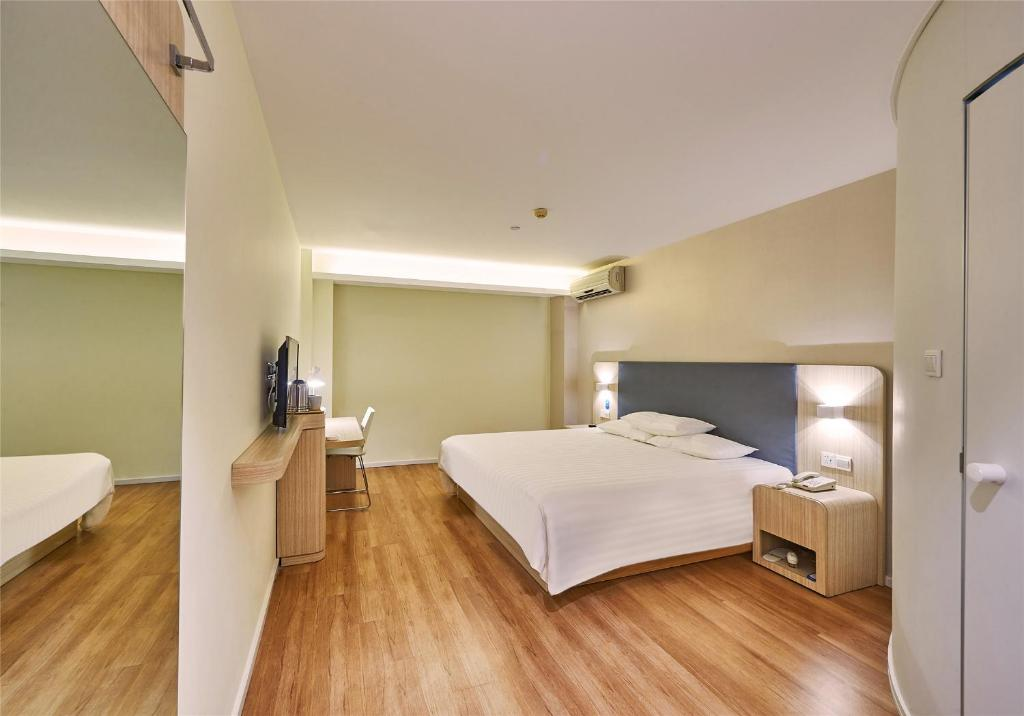 A room at the Hanting Hotel Shenyang Convention and Exhibition Center.