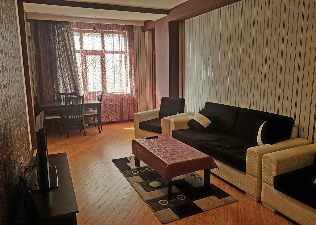 Uma área de estar em Apartment on MirQasimov st.29