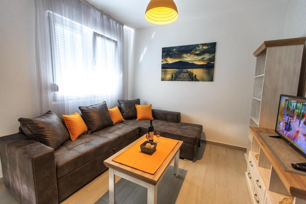A seating area at Apartments Aleksić