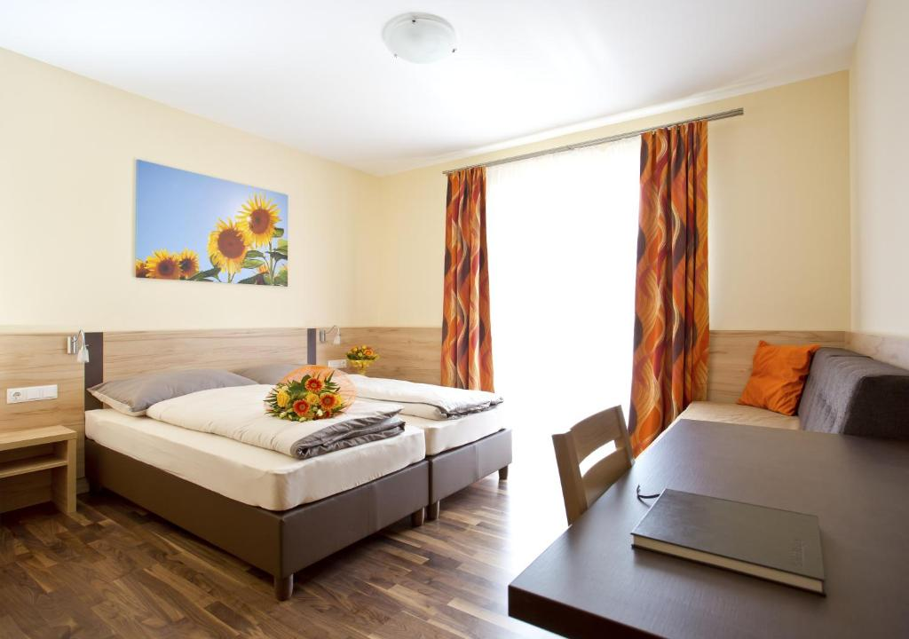 A bed or beds in a room at Pension Einsiedl