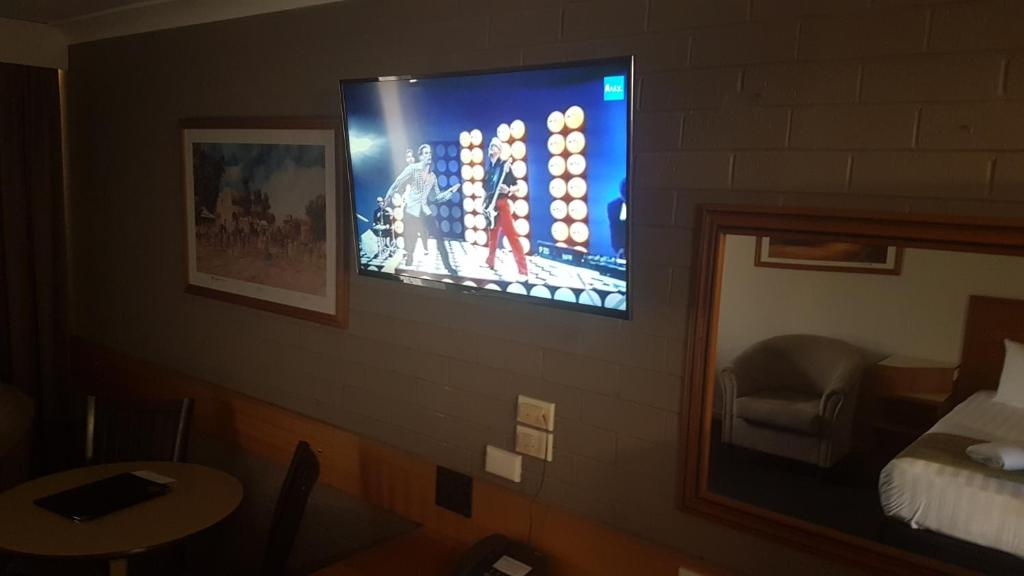 A television and/or entertainment center at Hilltops Retreat Motor Inn