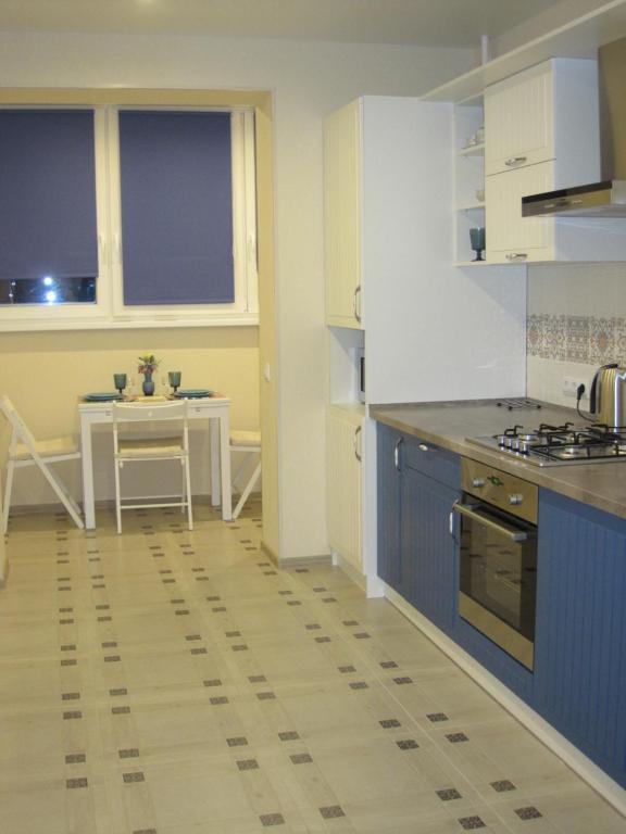 Кухня или мини-кухня в Apartments on Dadaeva