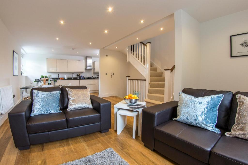 A seating area at Finchley Central Luxury 2/3 bed triplex loft style apartment