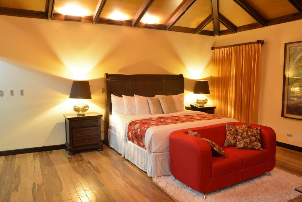 A bed or beds in a room at Hotel Boutique La Casona del Cafetal